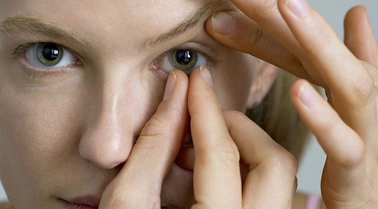 контактная линзы застряла