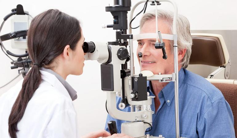 врач проверяет зрительную остроту