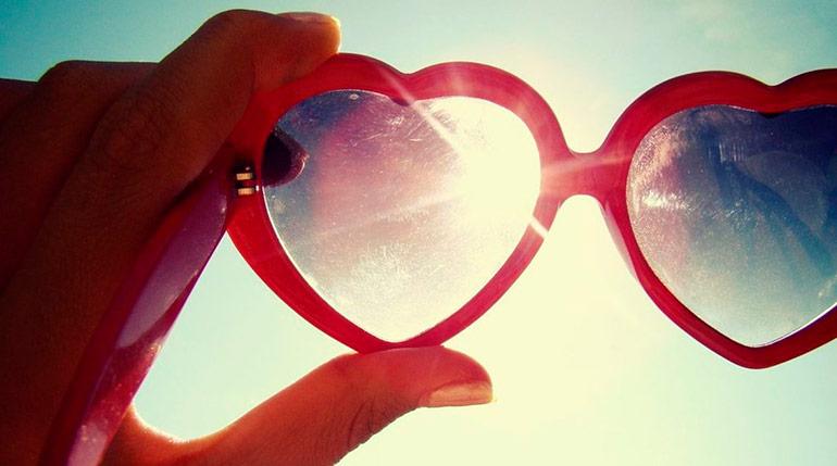 носить на улице солнцезащитные очки