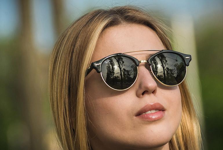 нужно закрыть глаза солнцезащитными очками