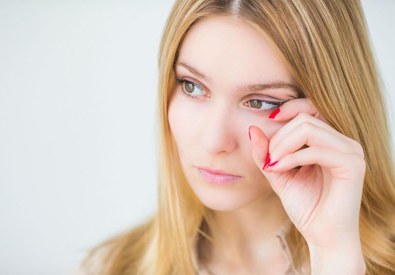 почему щиплет в глазах