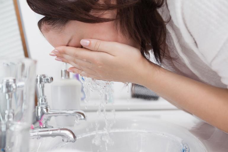 глаз промывается проточной водой