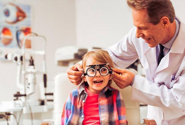 дети у офтальмолога
