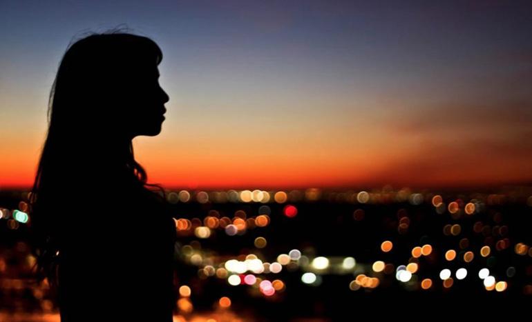 девушка смотрит на ночной город