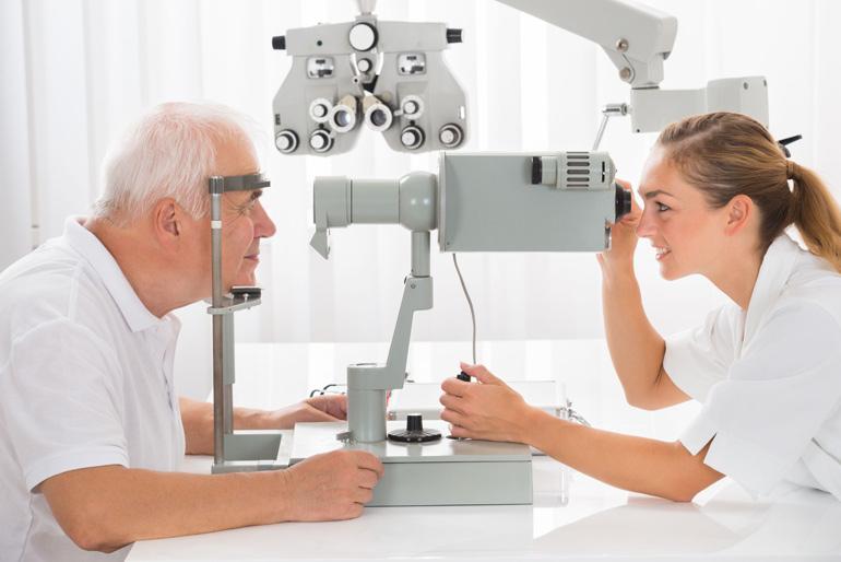 пожилой мужчина у офтальмолога