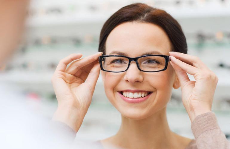 девушка примеряет очки