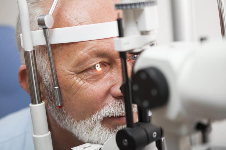 человек у офтальмолога