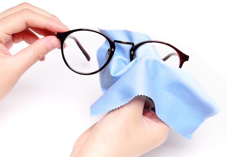 человек протирает очки