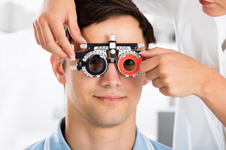 мужчине проверяют зрение