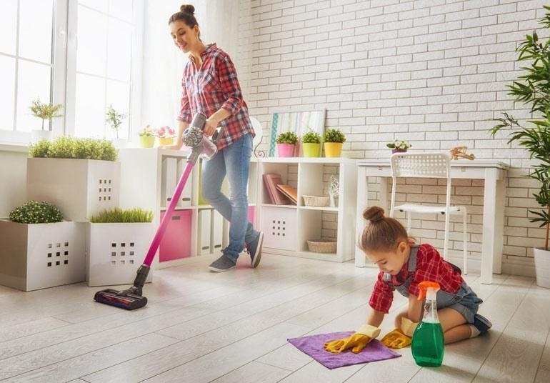 девочка помогает маме с уборкой