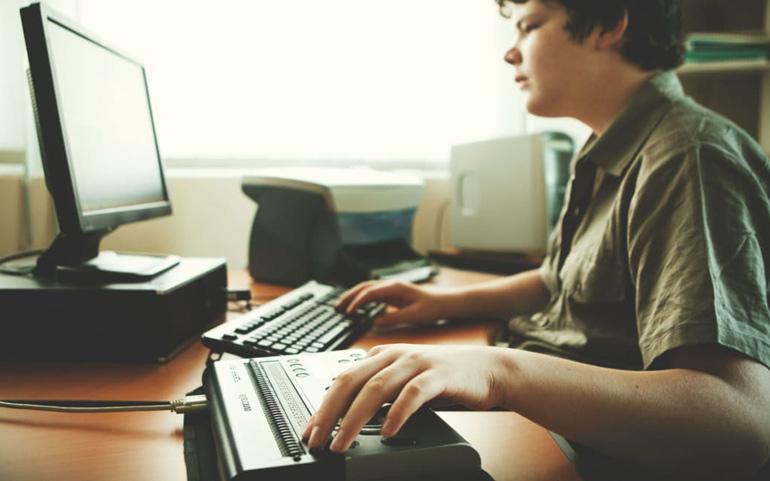 слепой подросток за компьютером