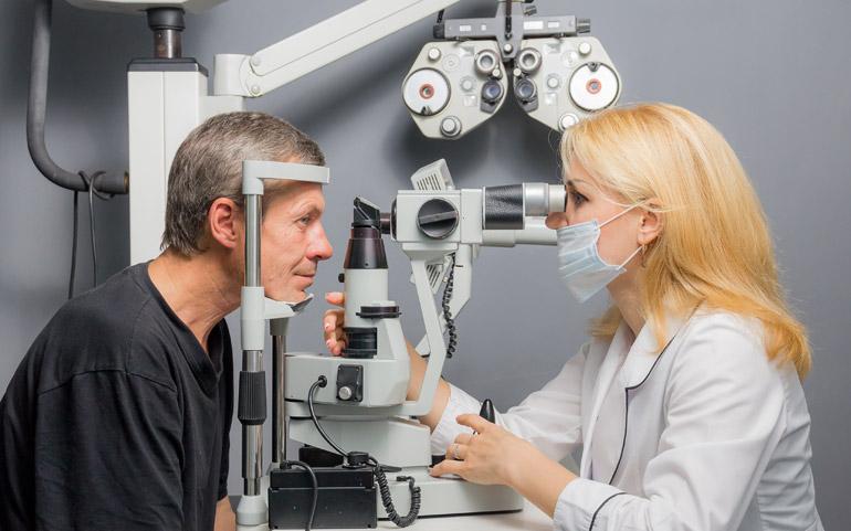 мужчина у офтальмолога