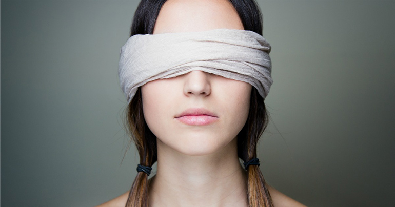у девушки завязаны глаза