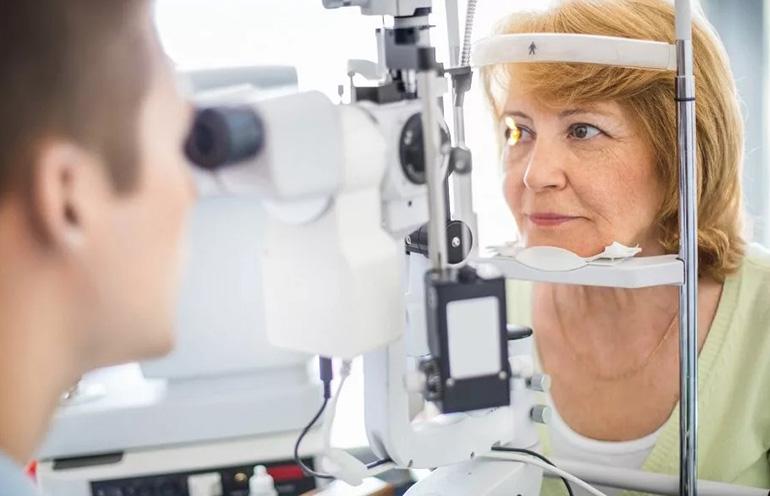 женщина у офтальмолога